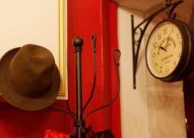 intérieur détail horloge 221B Escape Room Dijon Énigmes - Bar de style Epoque - Events, Soirées, Murder Party
