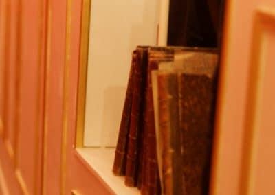 détail interieur livres anciens 221B Escape Room Dijon Énigmes - Bar de style Epoque - Events, Soirées, Murder Party